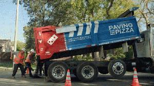 Domino's Pizza está arreglando carreteras para que sus pizzas no sufran los baches
